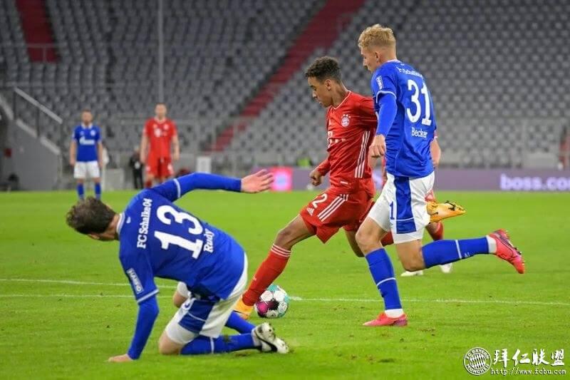 德甲新赛季揭幕战拜仁8:0横扫沙尔克 萨纳布里揽四球5