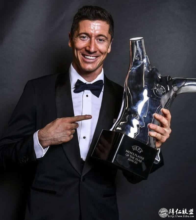 欧足联年度最佳球员+最佳前锋:莱万莱万多夫斯基2