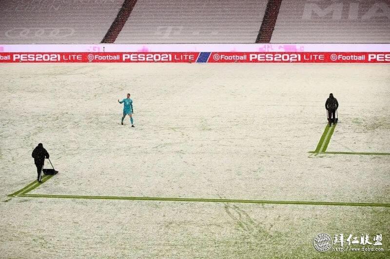 德甲第21轮 拜仁3:3比勒费尔德 工作人员对场地积雪进行清理
