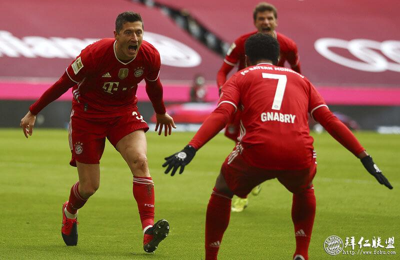 德甲第26轮 10人拜仁4:0斯图加特 莱万戴帽 阿芳开场红牌